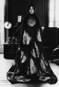 Anjelica Huston wearing a floor length cape decorated with a flame motif, early (Photo by Terry O'Neill/Getty Images) black and white photo Belle Epoque, B&w Tumblr, Bob Richardson, Outfit 2017, White Photography, Fashion Photography, Vintage Photography, Rihanna, Beyonce