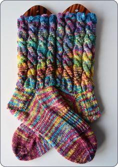 Es ist eines meiner allerersten gefärbten sock blanks gewesen: Das Färben damals war abenteuerlich, alles verlief, zerlief und das blank lag schneller wie gedacht in einer Farbbrühe. Und so hat es …