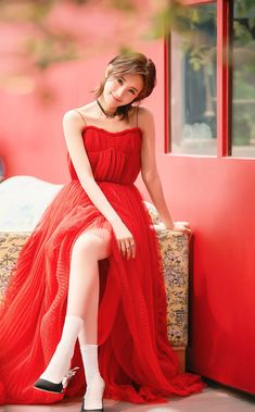China Entertainment News aggregates the latest news shapping China's entertainment industry. Real Beauty, Asian Beauty, Sexy Asian Girls, Poses For Photos, Chinese Actress, Asian Style, Cool Girl, Strapless Dress, Artists