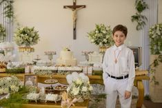 Primeira Eucaristia de Vinícius Jr. - Frisson Communion Centerpieces, First Communion Decorations, Baptism Decorations, First Holy Communion Cake, First Communion Cakes, Baby Baptism, Baptism Dress, Marie, Wedding Attire
