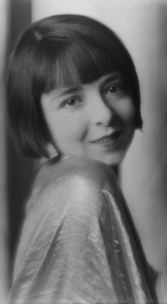 American silent film actress Colleen Moore wears short blunt bangs in 1926.  via @AOL_Lifestyle Read more: https://www.aol.com/article/lifestyle/2013/03/14/hair-throwback-bangs/20503907/?a_dgi=aolshare_pinterest#fullscreen