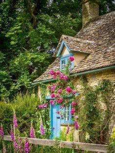 16 Gardener's Cottage (Widford, Cotswolds, England) by Bob Radlinski Cottage Living, Cozy Cottage, Shabby Cottage, Cottage Homes, Cottage Style, Cottage Design, Fairytale Cottage, Romantic Cottage, Garden Cottage