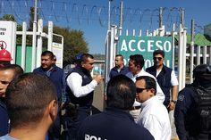 El subsecretario de la institución, Carlos Gómez Arrieta, arribó al bloqueo en el acceso a las instalaciones de mantenimiento y reparto de Pemex, donde tras el diálogo los manifestantes se ...