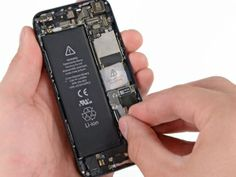 Schritt 2 - Entfernen Sie den Akkuanschluss aus Metall von dem iPhone.