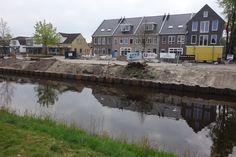 We mogen dan trots zijn op dat plein in Emmen maar let op. Moet je kijken hoe Nieuw Amsterdam intussen aan het veranderen is. Nu nog kaal en grijs maar het gaat mooi worden met wat groen en wellicht ook veel bootjes. En dat op 5 minuten fietsen van onze zonnestudio in de Rietlanden.
