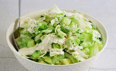 Sałata lodowa z sosem jogurtowym. Ekspresowa surówka obiadowa. PRZEPIS Coleslaw, Wok, Lettuce, Potato Salad, Cabbage, Grilling, Food And Drink, Potatoes, Vegetables
