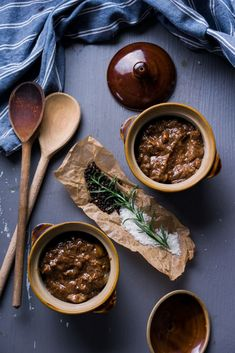 Beef, boiler onions, and a collection of fabulous herbs create a classic Greek stew. Beef Dishes, Food Dishes, Chicken On A Stick, Dried Figs, How To Make Sandwich, Mediterranean Dishes, Steak And Eggs, Greek Recipes, Greek