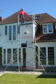 Scaffolding tower for outside maintenance