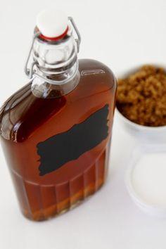 Amaretto, bir tür İtalyan badem likörüdür. Hikayesi derin ve hüzünlü olan bu içkinin tarihçesi 1500'lü yıllara dayanır. Kokteyl tariflerinden biridir!