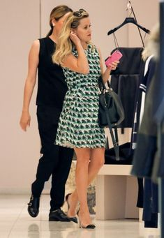 Reese Witherspoon Photos: Reese Witherspoon Goes Shopping