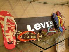 Checa la variedad de chanclas Levi's que tenemos en Malecón Américas Cancún