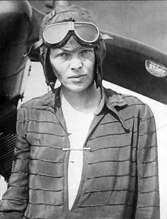 Najbardziej znane zdjęcia Amelii Earhart - 5 czerwca 1928 By Wide World Photos (eBay front back) [Public domain], via Wikimedia Commons