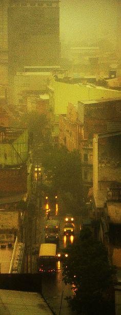 Gotas de lluvia en la ventana que muestra parte de la ciudad de Asunción.