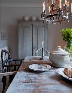 Shabby to Chic: Five Ways to Revamp and Modernize Your Shabby Chic Room - Sweet Home And Garden Wabi Sabi, Swedish Decor, Swedish Style, Swedish Interiors, Rustic Farmhouse Decor, Farmhouse Style, French Country House, Deco Table, Home Fashion