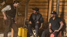 """Die glorreichen Sieben: Chris Pratt, Denzel Washington, Antoine Fuqua-Regisseur Antoine Fuqua (r.) mit Chris Pratt (l.) und seinem Lieblingsschauspieler Denzel Washington. Vor """"Die glorreichen Sieben"""" drehten sie bereits """"Training Day"""" (2001) und """"The Equalizer"""" (2014) zusammen."""