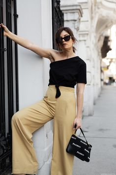We all loved the off-shoulder trend last year and couldn't get enough of these skin baring tops. But for Spring 2018 it's definitley time for a fresh take on shoulder baring styles – so let's meet the new hero: the one-shoulder Top. Top Street Style, Cool Street Fashion, Streetwear, Looks Style, My Style, Fashion Pants, Fashion Outfits, Fashion 2018, Fashion Trends
