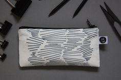 """Universaltäschchen - Mäppchen, """"Treibholz"""" schwarz auf weiß - ein Designerstück von jula_lab bei DaWanda"""
