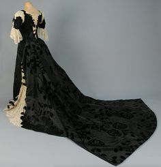 Worth presentation dress worn by Harriet Lane ca. 1898 From Whitaker Auctions Historical Costume, Historical Clothing, Victorian Fashion, Vintage Fashion, 1890s Fashion, House Of Worth, Antique Clothing, Edwardian Clothing, Period Outfit