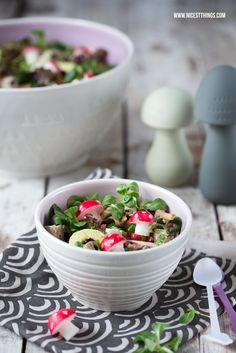 Salat mit gebratenen Pilzen, Avocado, Feta, Granatapfel und Pilzradieschen