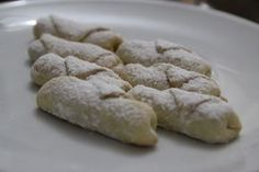 Yediğim en başarılı elmalı kurabiyeler bunlar, Naciye teyzem rahmetli ananemin (Nur içinde yatsın) 40 mevliti için hazırlamıştı. Alışılagelmiş elmalı kurabiyelerden çok daha minik hazırlanıyor bunl…