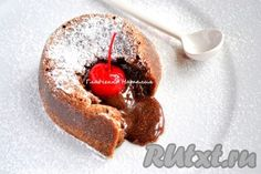 Фондан относится к французской кухне и представляет собой мини-кекс с жидкой начинкой. Подавать его лучше всего с шариком ванильного мороженого для сбалансирования вкуса: горячий фондан и холодное мороженое - это просто сказка!
