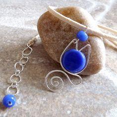gata fiona - colar com pingente em forma de gato em fio de prata importado com pedra de vidro azul e cordão de camurça sintética