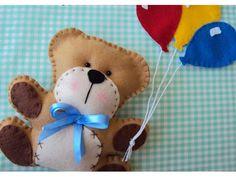 Ursinho e balões confeccionados em feltro, totalmente costurados e bordados à mão. Esse é um delicado enfeite para decoração de quartos e festas infantis. É possível fazer nas cores de sua preferência. Medidas aproximadas: Ursinho - 15 cm de altura/ Balões - 10 cm.