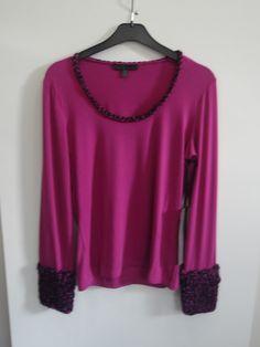 Camiseta con vivo en mecha tramada negra color buganvilla