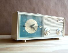Very cute mid century radio and clock. I had a very similar one when I was little.
