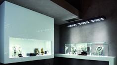 LIGHTING IN THE JEWELLERY The ability to realise exhibitions where spaces and light combine perfectly, has always been the winning formula of a jeweller's shop. Light gives charm and amplifies the emotions that jewels inspire.  #gioielleria #jewellery #dentrolemura