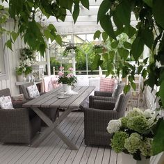 Shabby and Charme: Un magnifico outdoor a casa di Ingela in Svezia Outdoor Rooms, Outdoor Gardens, Indoor Outdoor, Outdoor Living, Outdoor Decor, Porch And Terrace, Terrace Garden, Garden Furniture, Outdoor Furniture Sets