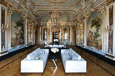 No início do século XIX, Michelangelo Guggenheim reformulou o lobby do Palazzo Papadopoli, na Itália, chamado Piano Nobile Lounge. O projeto do escritório Denniston Architects para transformar o local em hotel inseriu mobiliário contemporâneo com linhas simples e cores sóbrias de forma a não competir com os detalhes originais da arquitetura.