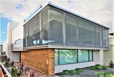 Warema external venetian blinds have self-cleaning slats. Timber Panelling, Timber Cladding, Exterior Cladding, Wall Cladding, Wall Panelling, Green Facade, Hillside House, Extruded Aluminum, Facade Design