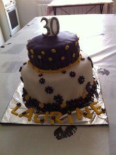 Gâteau blanc et prune décoré de fleurs