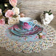 Sousplat de Tecido com Croche no Elo7 | Dasde Artes - Table Decor (D01FDD) Crochet Lace Edging, Crochet Diy, Crochet Home Decor, Love Crochet, Crochet Doilies, Diy Home Crafts, Sewing Crafts, Quilt Patterns, Crochet Patterns