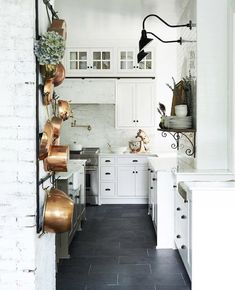 35 Stunning Small Farmhouse Kitchen Decor Ideas Best For Your Farmhouse Design - Home Decor Ideas Country Chic Kitchen, Country Kitchen Lighting, Small Farmhouse Kitchen, French Country Kitchens, New Kitchen, Kitchen White, Kitchen Ideas, Country Décor, Country Farmhouse