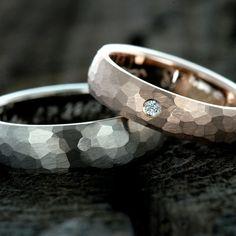 Zlaté snubní prsteny s diamantem.