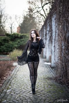 Top Gothic Fashion Tips To Keep You In Style. As trends change, and you age, be willing to alter your style so that you can always look your best. Consistently using good gothic fashion sense can help Dark Fashion, Gothic Fashion, Retro Fashion, Steampunk Fashion, Latex Fashion, Fashion Clothes, Vintage Tops, Vintage Gothic, Victorian Gothic