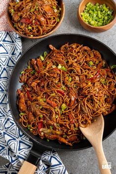 Hoisin Chicken with Noodles - tender strips of chicken breast and vegetables with egg noodles all coated in a delicious Hoisin Sauce. Slimming World and Weight Watchers friendly #chicken #noodles #chinese #slimmingworld #weightwatchers Slimming World Chicken Dishes, Slimming World Meal Prep, Slimming World Recipes Syn Free, Slimming Eats, Slimming World Pizza, Veggie Recipes, Asian Recipes, Vegetarian Recipes, Dinner Recipes