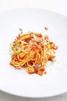 """Nach den vielen süßen Rezepten mit Ahornsirup müssen wir heute einmal über Pasta-Klassiker sprechen. Unbedingt. Denn was ich geschmacklich nach meinem ersten Mal mit einer """"Pasta all'amatriciana"""""""