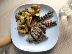 VEPŘOVÁ PANENKA s americkými brambory a grilovanými fazolovými lusky se slaninkou | Vepřovou panenku opepříme a pomažeme olivovým olejem. Solíme až hotové maso na talířku. Nejprve zatáhneme na pánvičce, pak dáme dopéct do trouby. RECEPT na omáčku: Na pánev po vepř. panence přidáme lžíci hrubozrnné hořčice a 1 dcl vína > vyvaří se > přidáme 1 dcl vody > vyvaří > přidáme máslo a lžičku medu. Thing 1, Steak, Pork, Kale Stir Fry, Steaks, Pork Chops