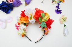 Celebrate Cinco de Mayo with some bright and colourful crafts. Get into the Mexican spirit with a Frida Kahlo-inspired headband, or create a fresh flower wrap for your bun. Planning a fun fiesta? Crown Crafts, Diy Crown, Fun Crafts, Diy And Crafts, Mexican Crafts, Mexican Party, Floral Headbands, Floral Crowns, Thinking Day