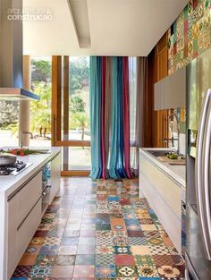Estrutura de concreto abriga cozinha supercolorida em casa de campo - CasaI I think the color of the drapes soothes the busyness of the floor. Style At Home, Kitchen Decor, Kitchen Design, Kitchen Storage, Sweet Home, Retro Home Decor, Home Fashion, Home Kitchens, Interior And Exterior