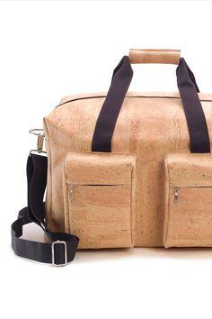 Reisetasche aus Korkstoff, nachhaltig und fair, mit Trageriemen. Handgefertigt in Portugal. Faire Mode aus natürlichem Korkstoff. Damit du alles dabei hast unterwegs. Nachhaltige Tasche aus nachwachsendem Naturstoff. Mehr Korkprodukte: www.korkeria.ch #handtasche #nachhaltigemode #korkprodukte #kork #korktasche Portugal, Bags, Fashion, Sustainable Fashion, Travel Tote, Leather Bag, Handbags, Handmade, Viajes