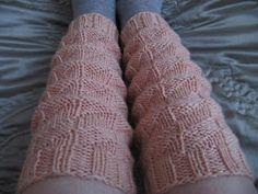 Joku oli tehnyt sukat ns. haitarineuleella jollakin neulesivustolla. Otin ohjeen talteen ja yritin tehdä ko. ohjeella itselleni nilkkojen lä...