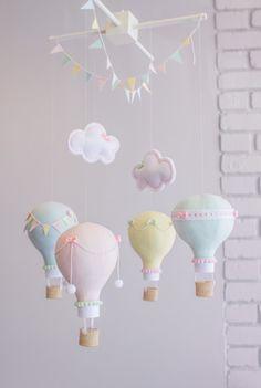 Pastel Baby Mobile Hot Air Balloon Mobile door sunshineandvodka