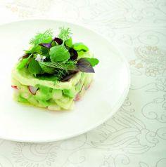 Tortino crudo di avocado, mela verde e ravanelli con maionese di mandorle Ricetta di Simone Salvini  Foto di Laila Pozzo Tratta dalla rivista Cucina Naturale