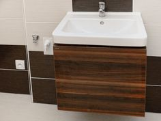 REKONSTRUKCE KOUPELEN V PLZNI: Obložení van a umyvadel, toalet a sprchových koutů.