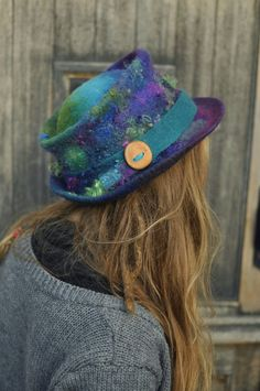 Felt trilby Magic Hat 'Peacock' purple blue green by Innerspiral Funky Hats, Mermaid Hat, Magic Hat, Flapper Hat, Nuno Felt Scarf, Leather Hats, Love Hat, Hat Hairstyles, Felt Hat