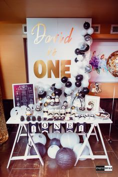 candy bar for first birthday party in little gentleman style. Black gold and white colours are great for little boy. Like this balloons on the backdrop.